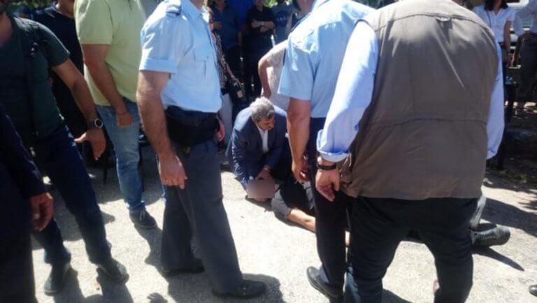 Ο Πολάκης έδωσε τις πρώτες βοήθειες σε άνδρα που έπαθε επιληπτική κρίση [pics]