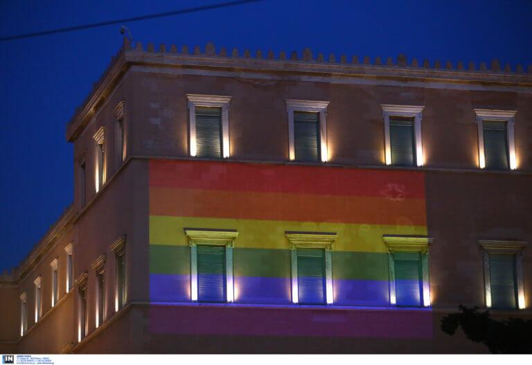 Athens Pride: «Πολύχρωμη» η Βουλή – Διαδηλωτές στο σημείο που έπεσε νεκρός ο Ζακ Κωστόπουλος [pics]