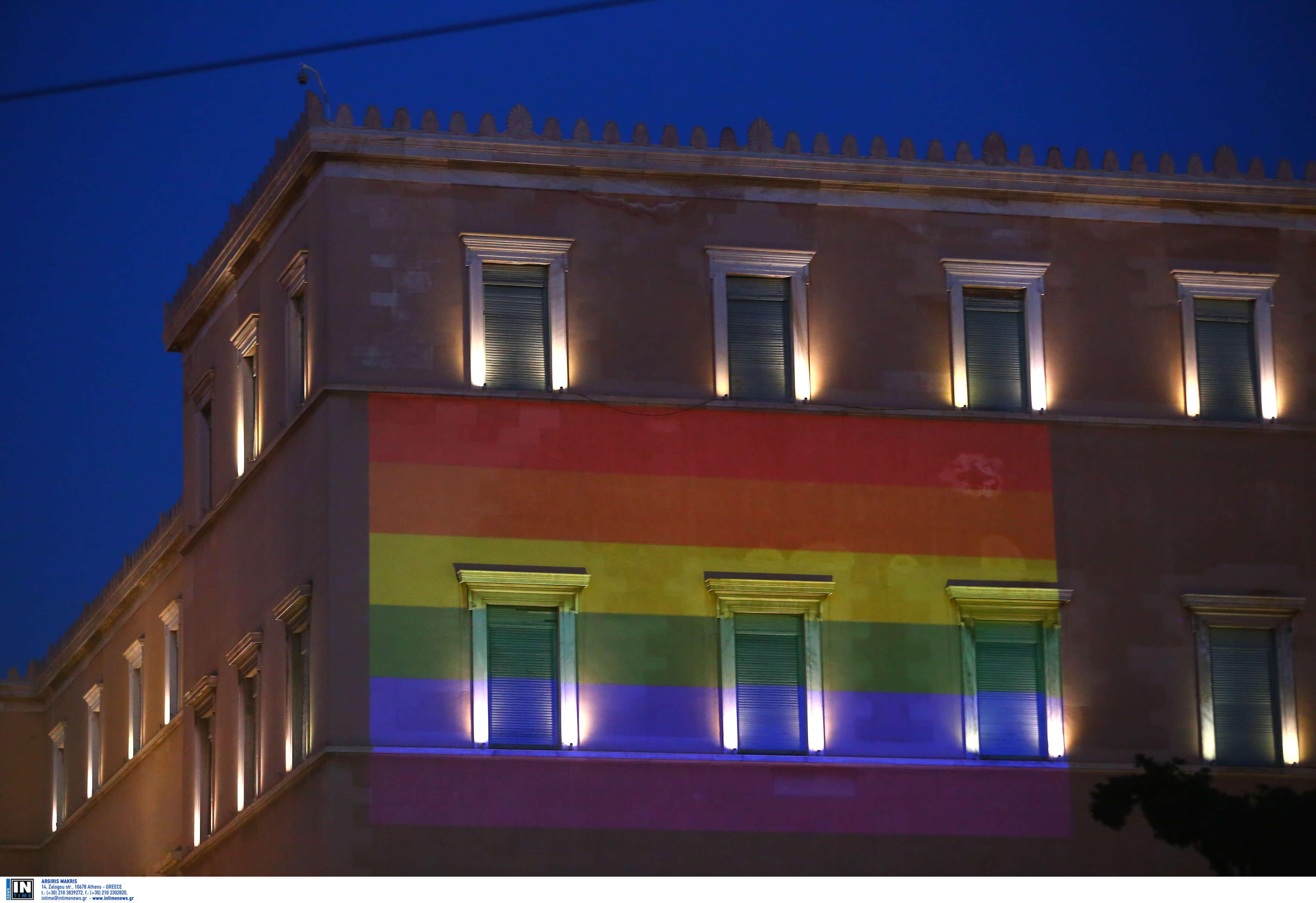 "Athens Pride: ""Πολύχρωμη"" η Βουλή – Διαδηλωτές στο σημείο που έπεσε νεκρός ο Ζακ Κωστόπουλος [pics]"