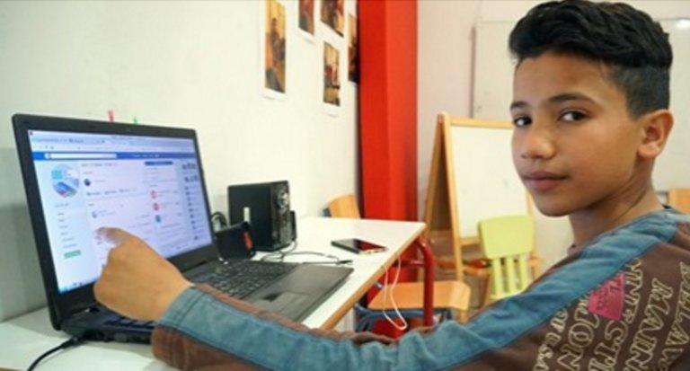 13χρονος πρόσφυγας διδάσκει ελληνικά μέσω Facebook!