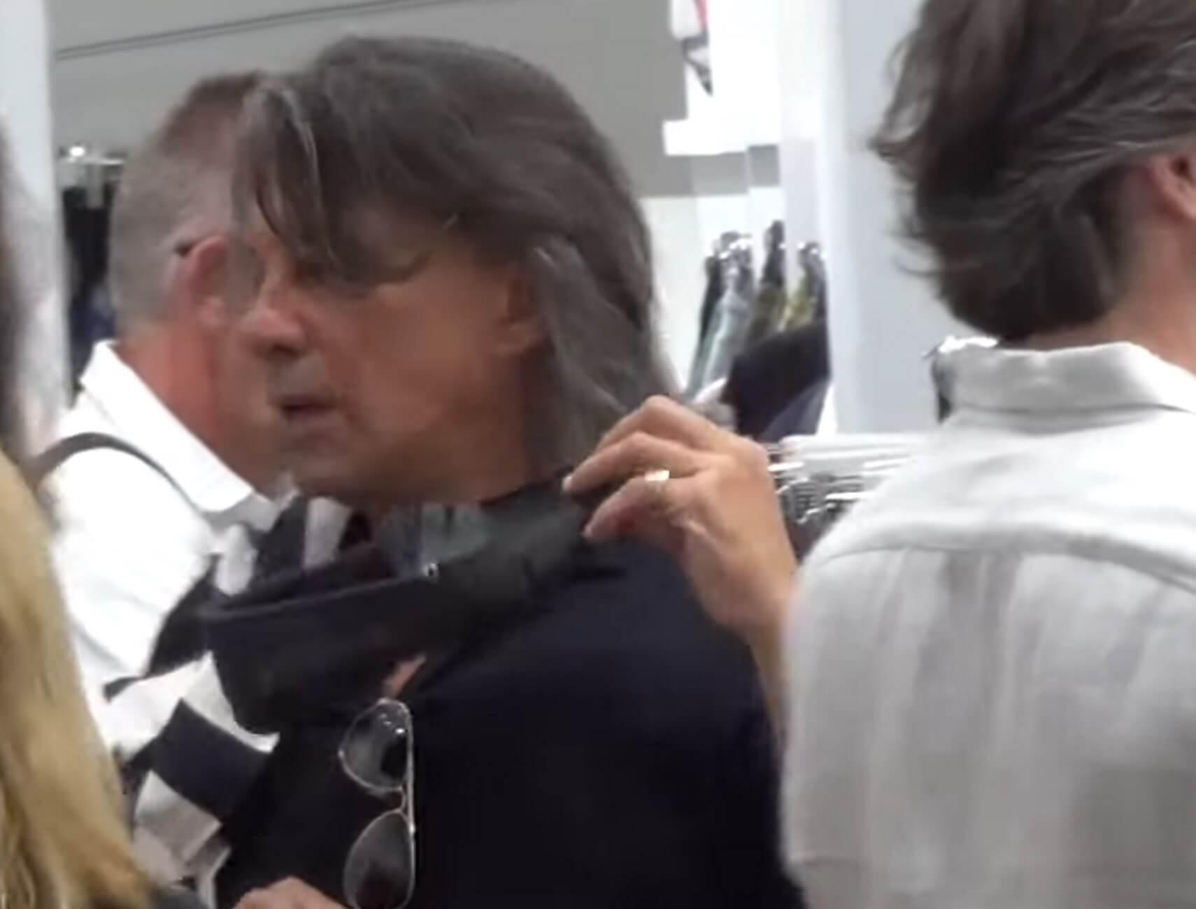 Μύκονος: Ο Ψινάκης τα ψώνια και οι σωματοφύλακες – Κέντρισε τα βλέμματα στα Ματογιάννια – video