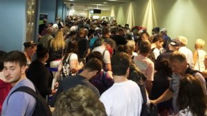Ρόδος: Εικόνες ντροπής στο αεροδρόμιο – Πήγε να περάσει από έλεγχο και βρέθηκε σε αυτή την ουρά [pics]