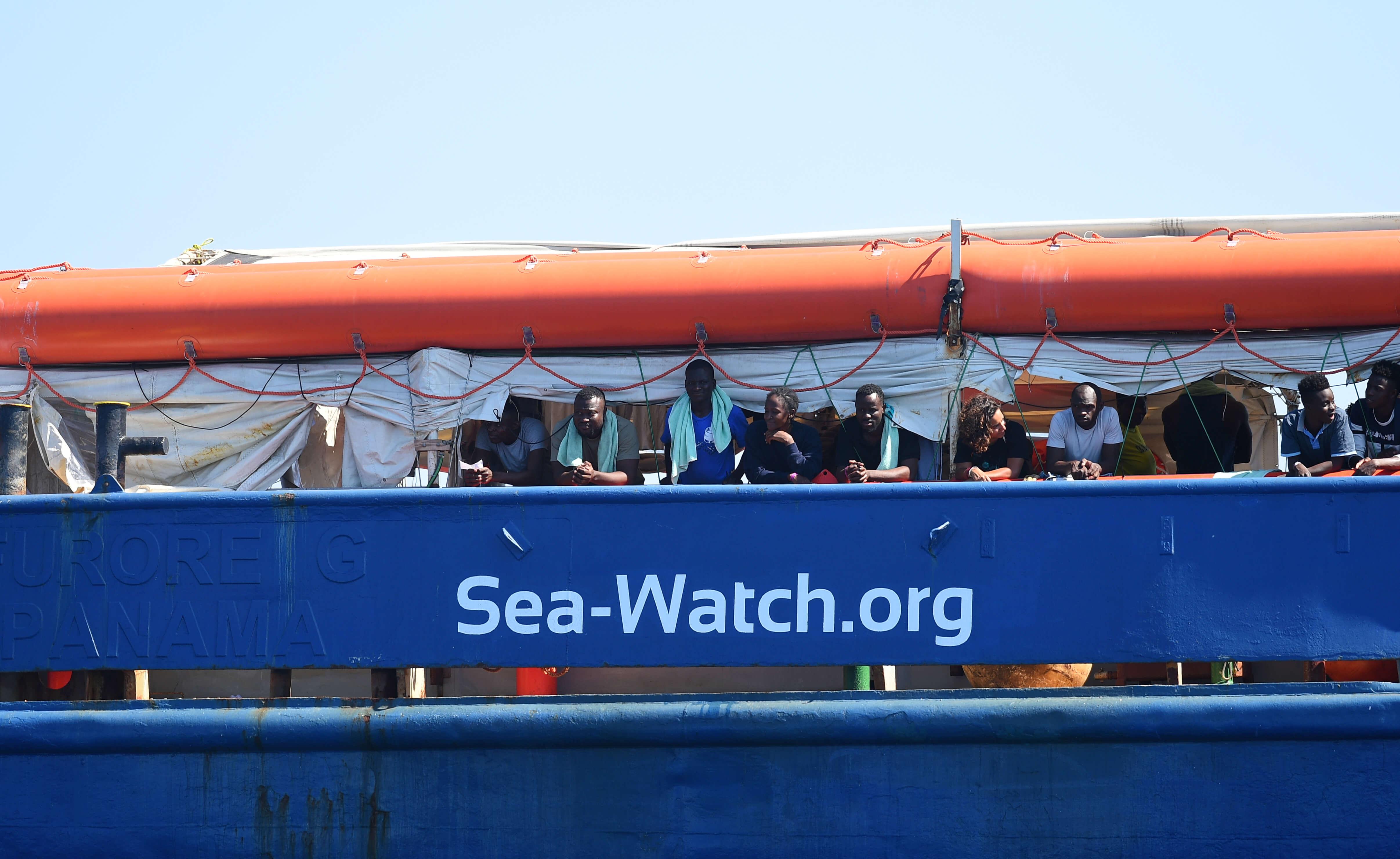 Το Sea Watch αγνοεί τον Σαλβίνι και εισέρχεται στα ιταλικά χωρικά ύδατα – video
