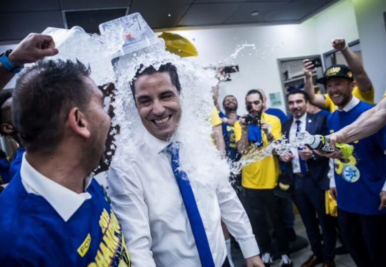 Μακάμπι: Η στιγμή που «έλουσαν» το πρωταθλητή Σφαιρόπουλο! [vid, pics]