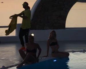 Μύκονος: O Sin Boy και οι αιθέριες υπάρξεις στην πισίνα πολυτελούς ξενοδοχείου – Δουλειά και καλοπέραση – video