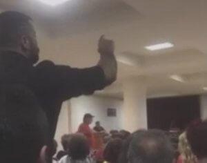 Πτολεμαϊδα: Κακός χαμός με προσαγωγές σε εκδήλωση του ΣΥΡΙΖΑ – «Δημοκράτες θα πατώσετε στις εκλογές» – video