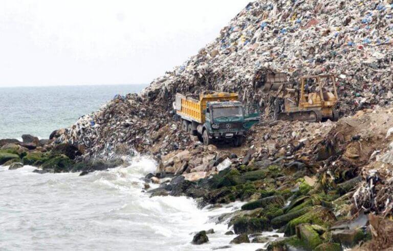 """Ιταλία: Ένα νέο νησί από σκουπίδια στη Μεσόγειο – """"Ιμαλάια"""" πλαστικών στην Ινδία!"""