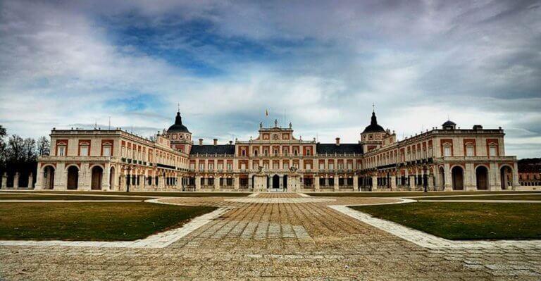 Ισπανία: Ποιός και πόσο πληρώνει τα λουλούδια στο Βασιλικό Παλάτι!