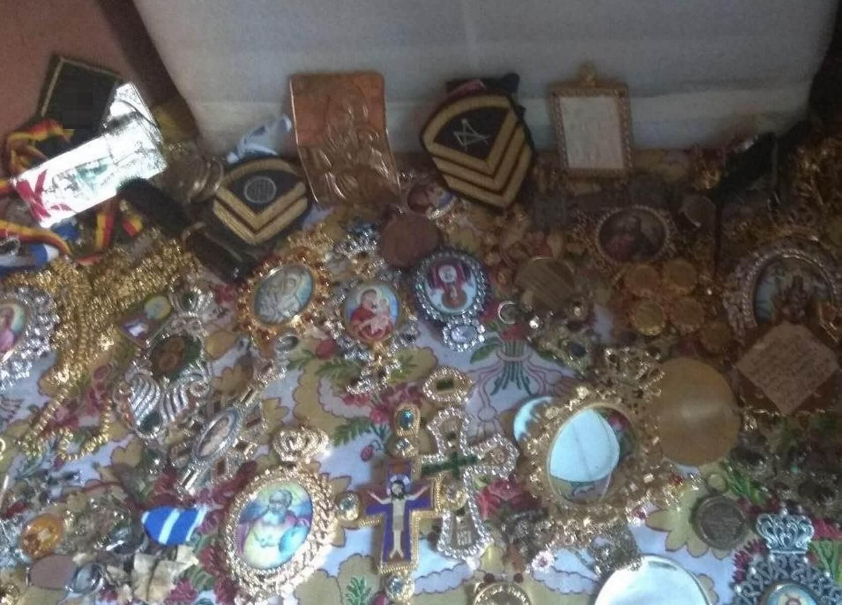 """Άγιο Όρος: Αυτοκρατορικά κοσμήματα, χρυσά περιδέραια και χιλιάδες ευρώ – Νέες αποκαλύψεις για τον """"ποντικό"""" [pics]"""