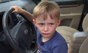 Αυτός είναι ο τετράχρονος που έκλεψε τα κλειδιά αυτοκινήτου και οδήγησε για να πάρει σοκολάτες – video