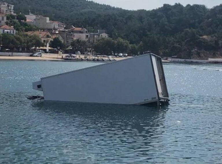 Θάσος: Φορτηγό βρέθηκε στη θάλασσα – Απίστευτες εικόνες στο λιμάνι την ώρα που ξεφόρτωνε – video