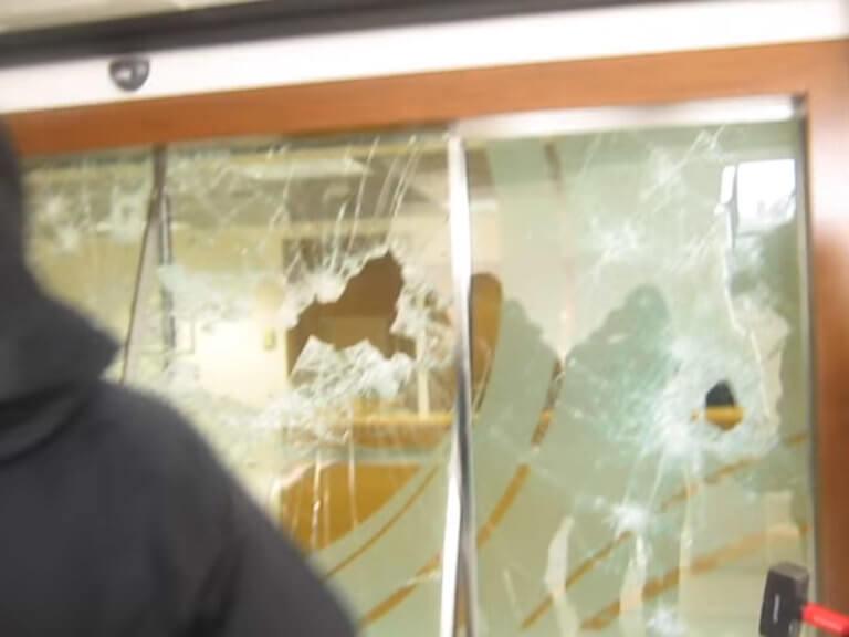 Καταδρομική επίθεση με βαριοπούλες σε τράπεζα στη λεωφόρο Συγγρού