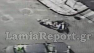 Λαμία: Βίντεο ντοκουμέντο από τροχαίο με ντελιβερά – Σφαδάζει στο δρόμο μετά τη σύγκρουση – video