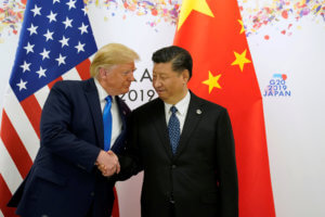 """Λευκός καπνός στον """"πόλεμο"""" ΗΠΑ – Κίνας! Δεν θα υπάρξουν νέοι δασμοί στα κινεζικά προϊόντα"""