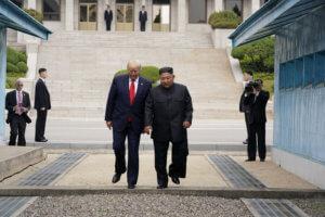 Πάτησε Βόρεια Κορέα ο Ντόναλντ Τραμπ! Ιστορική χειραψία με τον Κιμ Γιονγκ Ουν στα σύνορα!