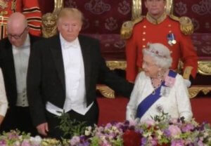 """Ο Τραμπ """"έσπασε"""" το πρωτόκολλο και άγγιξε τη βασίλισσα Ελισάβετ – video"""