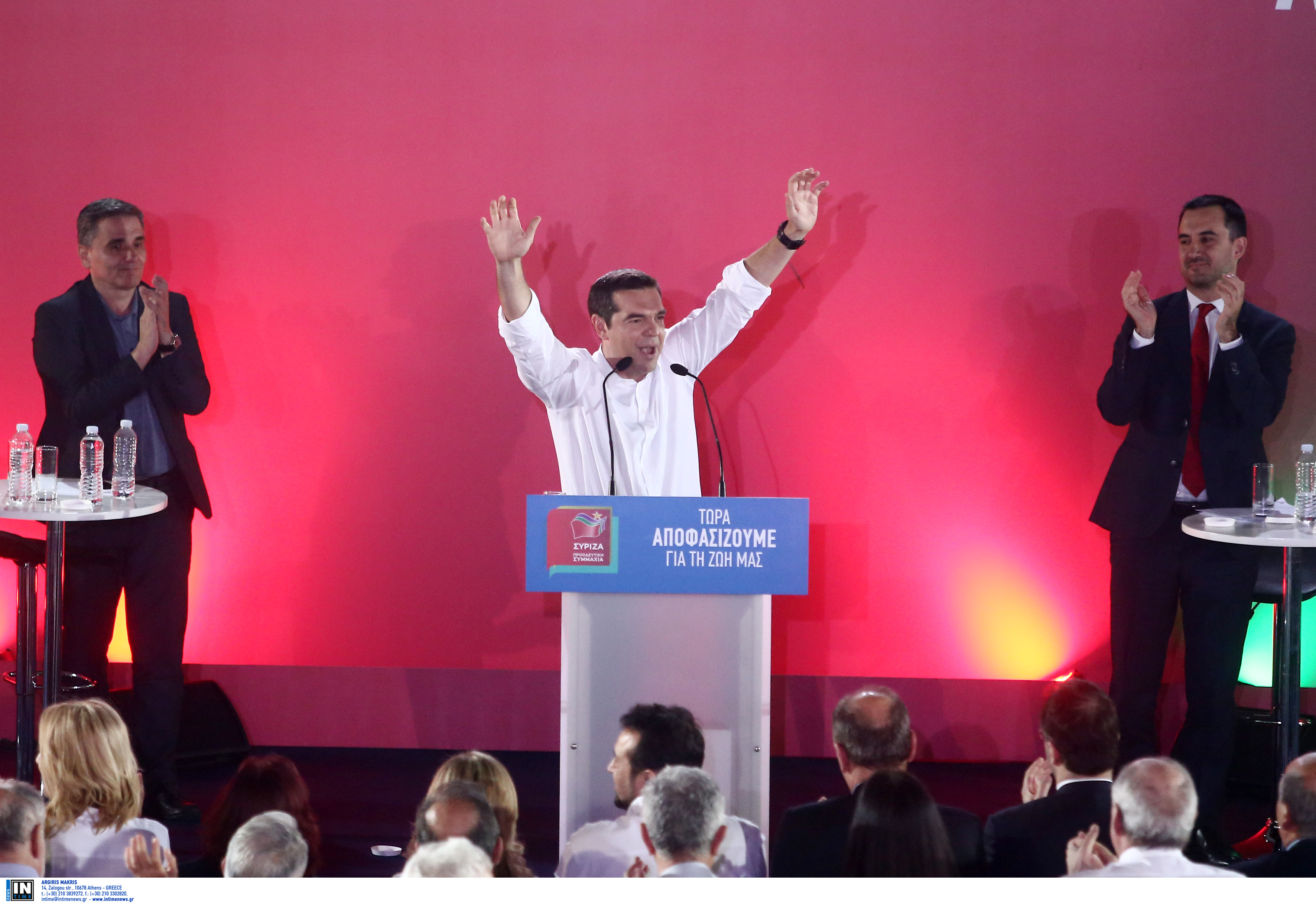 Γιατί ο Τσίπρας είχε κι άλλους μαζί του στη σκηνή… | Newsit.gr
