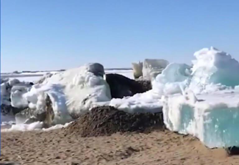 """Εντυπωσιακό τσουνάμι πάγου """"καταπίνει"""" την στεριά! – video"""