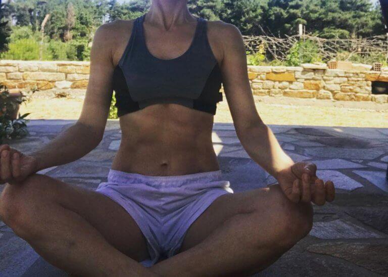 Ελληνίδα ηθοποιός κάνει yoga στην ύπαιθρο και αποκαλύπτει τους αψεγάδιαστους κοιλιακούς της