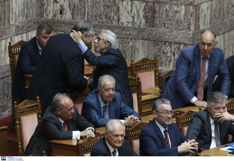 Καρέ – καρέ ο συγκινητικός αποχαιρετισμός Βενιζέλου στη Βουλή