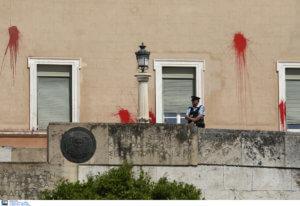 Ελεύθερο με εγγύηση 30.000 ευρώ στέλεχος του Ρουβίκωνα για την επίθεση στη Βουλή