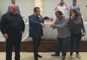 Κατερίνη: O υπουργός… αηδόνι έσπασε πιάτα και έπιασε μικρόφωνο – «Μη μου θυμώνεις μάτια μου» – video