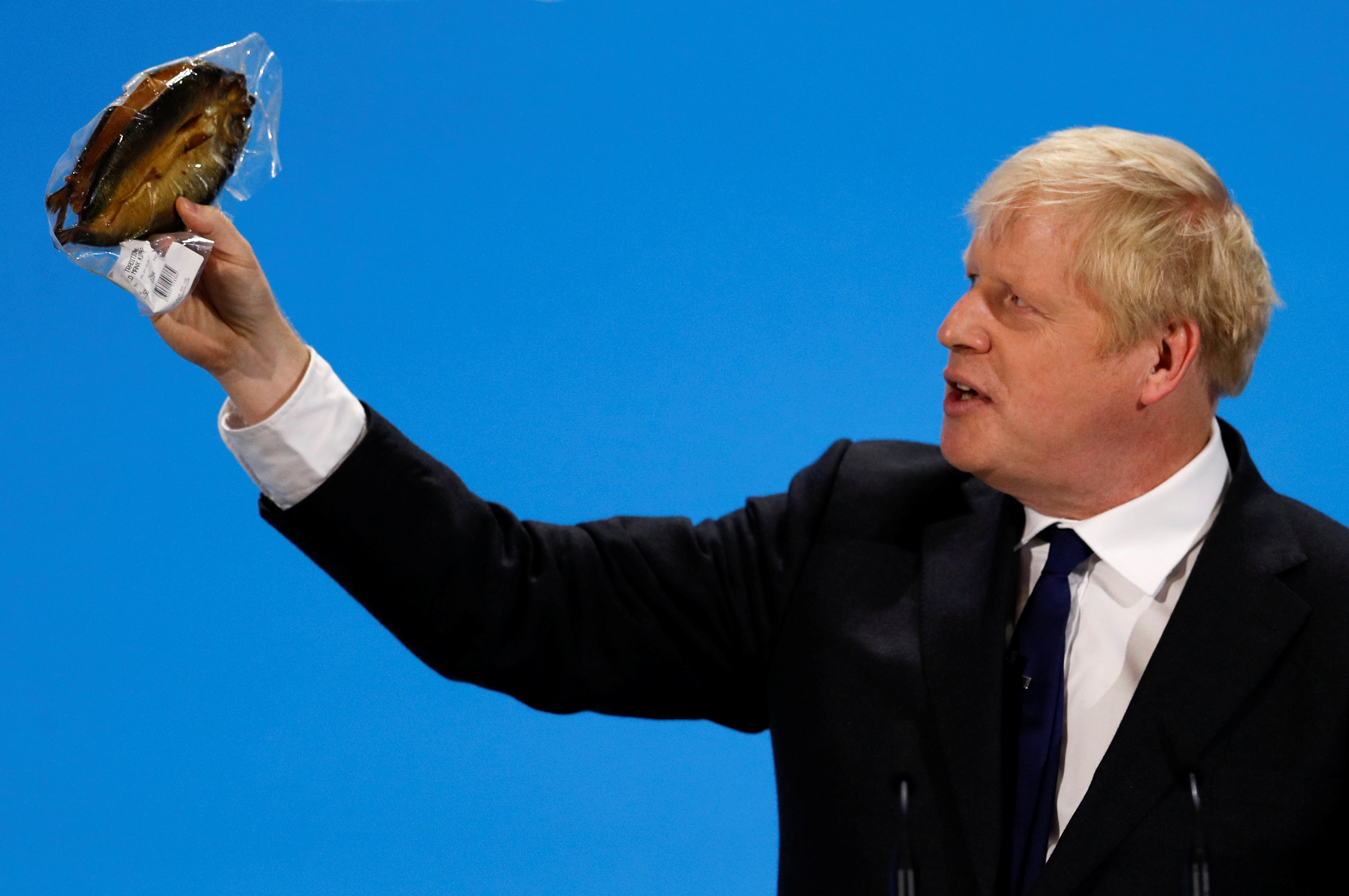 Καβγάς ΕΕ – Μπόρις Τζόνσον για τις… καπνιστές ρέγγες!
