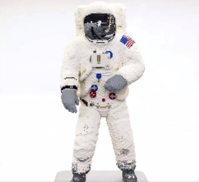 Η στολή του θρυλικού αστροναύτη Μπαζ Όλντριν, από κυβάκια της LEGO! video