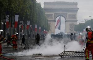 """Παρίσι: Ο κακός χαμός στην παρέλαση για τη Βαστίλη – """"Οργίασαν"""" τα κίτρινα γιλέκα!"""