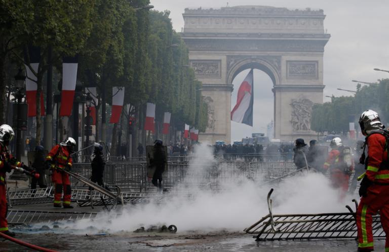 Παρίσι: Ο κακός χαμός στην παρέλαση για τη Βαστίλη – «Οργίασαν» τα κίτρινα γιλέκα!