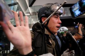 Χονγκ Κονγκ: Εικόνες σοκ από συγκρούσεις διαδηλωτών – αστυνομίας! Video