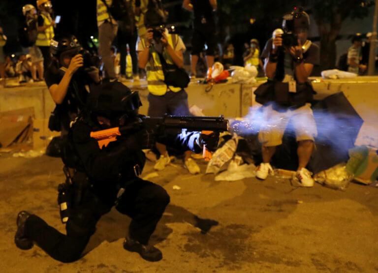 Χονγκ Κονγκ: Πεδίο μάχης το κοινοβούλιο – Βροχή δακρυγόνων εναντίον διαδηλωτών