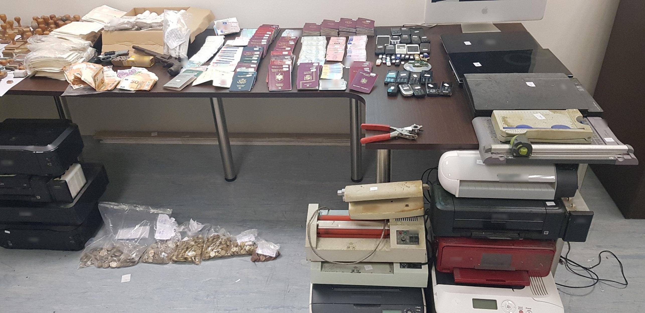 Συνελήφθη στην Ηλιούπολη 50χρονος Αλβανός που έφτιαχνε πλαστά διπλώματα και διαβατήρια! Εντυπωσιακές φωτογραφίες!