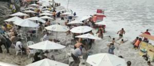 Πανδαιμόνιο! Η στιγμή που ένα τεράστιο κύμα «καταπίνει» παραλία γεμάτη κόσμο!