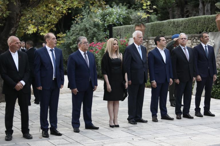 Στο Προεδρικό Μέγαρο οι πολιτικοί αρχηγοί για τη Γιορτή της Δημοκρατίας – Οι… άσπονδοι φίλοι, η κρύα χειραψία και η αισθητή απουσία!