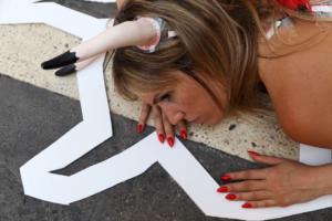 Ισπανία: Πέταξαν τα ρούχα τους ενάντια στις ταυροδρομίες!