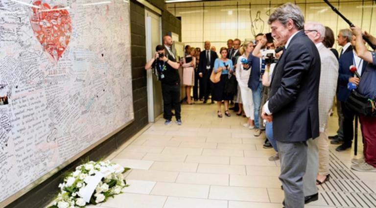 Βρυξέλλες – μετρό: Λουλούδια στο σημείο της τρομοκρατικής επίθεσης άφησε ο νέος πρόεδρος της Ευρωβουλής