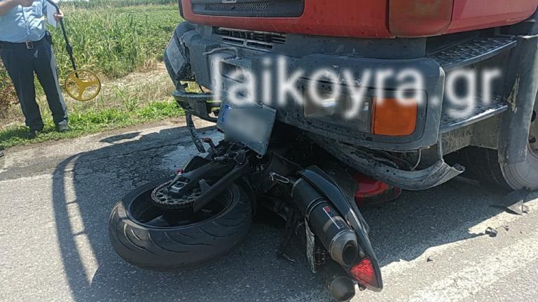 Ένας νεκρός σε τροχαίο στην Ημαθία – «Σφήνωσε» κάτω από φορτηγό η μηχανή – video
