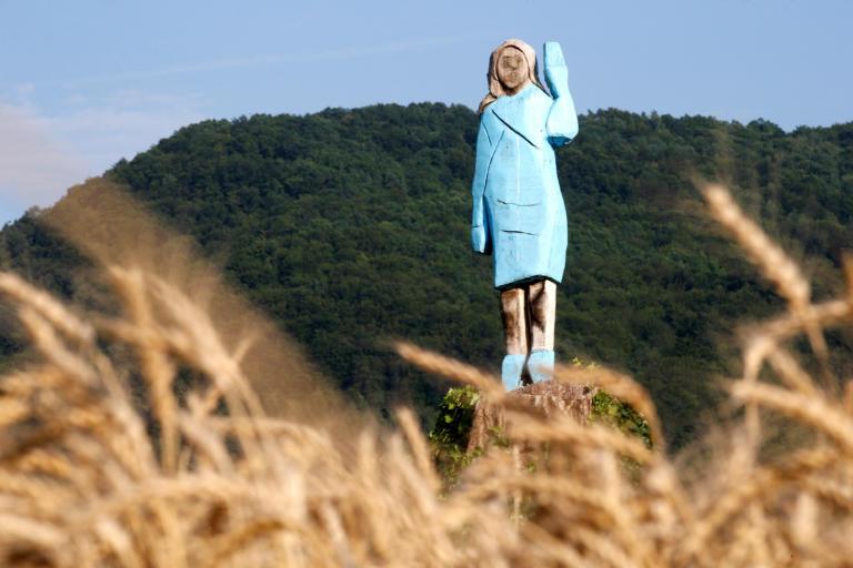 Κακόγουστο άγαλμα για τη Μελάνια Τραμπ στη Σλοβενία – Θυμίζει την στρουμφίτα! [pics]
