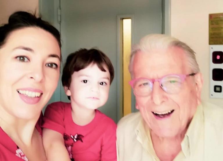 Κώστας Βουτσάς: Είναι full time μπαμπάς – Η απογευματινή οικογενειακή βόλτα στην πόλη