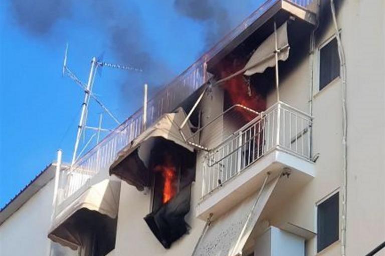 Στις φλόγες διαμέρισμα στον Άλιμο – Εκκενώθηκε πολυκατοικία [pics]