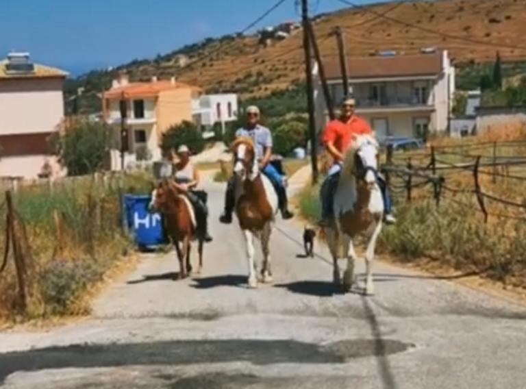 Εκλογές 2019: Στην κάλπη με τα άλογα – Μπήκαν έφιπποι στο εκλογικό τους τμήμα [pics, video]
