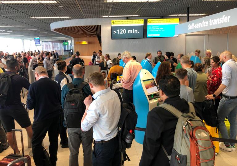 Χάος στο αεροδρόμιο Σίπχολ του Άμστερνταμ – Δεκάδες ακυρώσεις πτήσεων