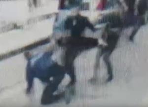 Θεσσαλονίκη: Η στιγμή που κυνηγούν και πλακώνουν στο ξύλο αστυνομικό – Το βίντεο ντοκουμέντο στα Λαδάδικα – video