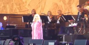 Barbra Streisand: Άφησε 65.000 θεατές με το στόμα ανοικτό! Τι είπε για τον Κάρολο [vid]