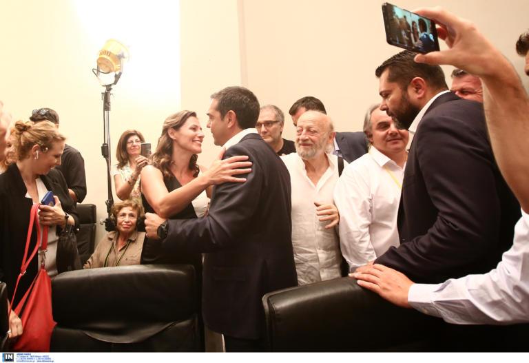 Αποτελέσματα εκλογών: Μια τρυφερή αγκαλιά από τη Μπέτυ Μπαζιάνα στον Αλέξη Τσίπρα [pics]
