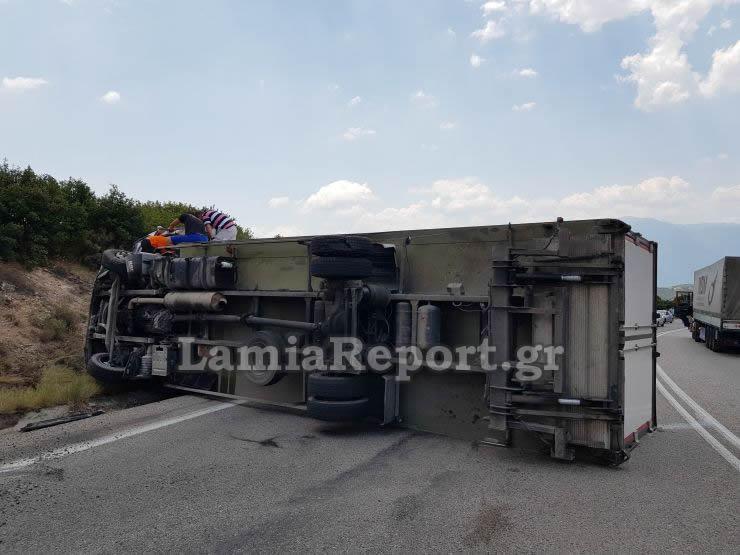 Λαμία: Ανατροπή νταλίκας στην Εθνική – Εγκλωβίστηκε ο οδηγός – pics, video