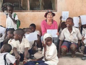 Λάρισα: Αυτή είναι η δασκάλα που υιοθέτησε ένα χωριό στην Τανζανία – Best seller το νέο βιβλίο της [pics]