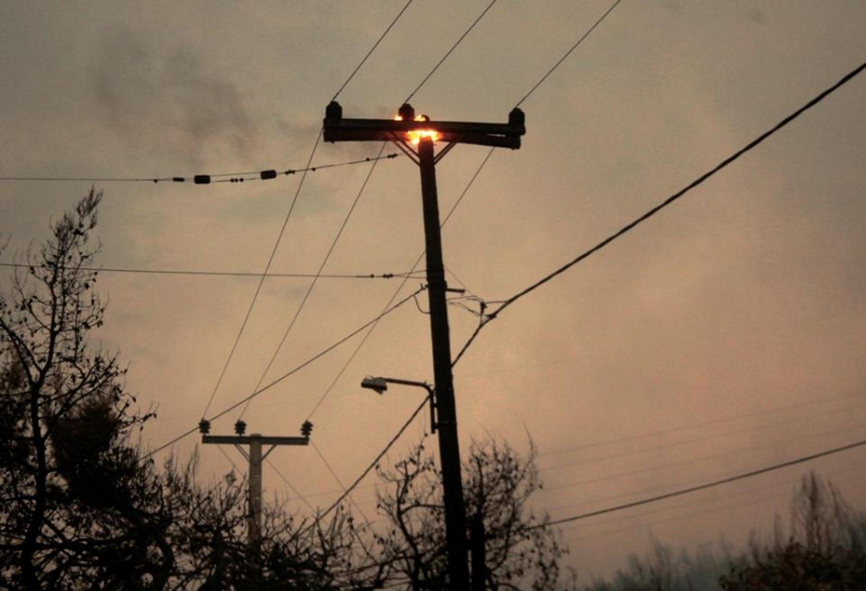 Κόρινθος: Φωτιά σε κολόνες από κεραυνούς