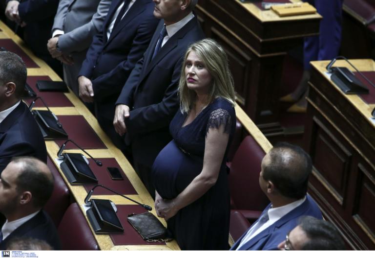 Βουλή: Η εγκυμονούσα βουλευτής Άννα Ευθυμίου που τράβηξε τα βλέμματα